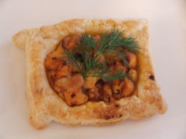 Tavuklu Yufka Çanağı  Malzemeler:  2 yemek kaşığı krema  1 Adet kırmızı biber  150 gr mantar  2 adet yufka  2 yemek kaşığı soya sosu  1 yemek kaşığı zeytinyağı  6 dal maydanoz  2 parça tavuk göğsü  150 gr margarin (hamur işi tercih edilir)  Hazırlanışı:  Margarin eritilir yufkaların üzerine sürülerek üst üste dizilir yufkalar 10*10 ebatlarında kesilerek kalıplara yerleştirilir önceden ısıtılmış 170 derecedeki fırında 15 dakika kadar pişirilir diğer tarafta zeytinyağında küp doğranmış soğanlar pembeleşinceye kadar kavrulur mantarlar küp doğranır ve soğanla birlikte pişirilir tavuk etleri küp doğranır kırmızı biber jülyen kesilip beraber mantara ilave edilir ve sotelenir soya sosu ve krema eklenip 5 dakika daha pişirilir tuz ve karabiberle tatlandırılıp yufka çanaklarına paylaştırılır üzerleri maydanozla süslenerek sıcak servis yapılır.