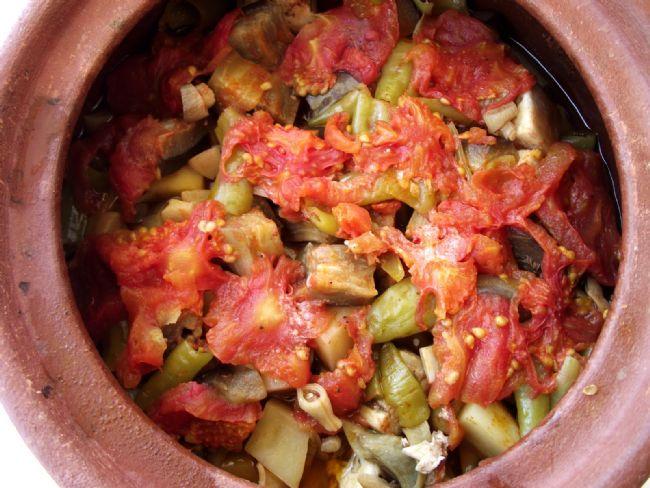 Taze Fasulyeli Tavuk Güveci  Malzemeler:  750 gr. taze fasulye  1 piliç  2 çorba kaşığı yağ  2 orta boy soğan  2 iri domates kuşbaşı doğranacak  2 su bardağı su yada et suyu   Hazırlanışı:  Güvecin ya da tencerenin dibi yağlanır, yıkanıp ayıklanmış fasuşlyeler dizilir.Domatesleri fasulyelerin üzerine yayın, soyulmuş soğanları ortadan yararak üzerine yerleştirin. Kendi suyunu çekip sararıncaya kadar 15-20 dakika ağır ateşte pişirin. Başka tencerede yağı eritin, parçalanmış pilici atıp altlarını ve üstlerini ikişer dakika kızartın, suyunu ve tuzunu koyun, bir kere kaynadıktan sonra piliç parçalarını alıp fasulyelerin üzerine yerleştirin. Sonra et suyunu koyup ağır ateşte pişirin.
