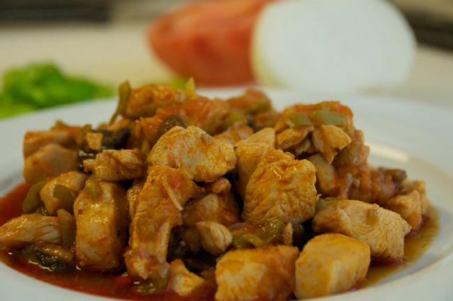 Hürrem Sultan Usulü Tavuk  Malzemeler:  750 gr haşlanmış tavuk eti (küçük parçalara doğranmış), 2 tatlı kaşığı tereyağı,1 dolmalık yeşil biber (çekirdekleri çıkarılıp, ince doğranmış), 180 gr mantar (ince dilimlenmiş), 1 çorba kaşığı un, 1 tatlı kaşığı tuz, 125 gr (1/2 su bardağı) krema  300 gr (1+1/2 su bardağı) süt, 3 yumurtanın sarısı, 2 çay kaşığı limon suyu, 1 tatlı kaşığı kırmızıbiber, 2 tatlı kaşığı maydanoz (kıyılmış)   Hazırlanışı:  Orta boy bir tencerede tereyağı orta ateşte eritiniz. Yağ kızınca yeşil biberi ekleyip, bir tahta kaşıkla arasıra karıştırarak 6 dakika pişiriniz. Mantarları ekleyip 4 dakika daha pişiriniz. Unu ve tuzu serpip, 2 dakika pişirdikten sonra, yavaş yavaş ve sürekli karıştırarak kremayı ve sütü ekleyiniz.   Tavuğu tencereye koyup, ateşi iyice kısınız. (Karışım pişmeğe devam etmekle birlikte, kaynamamalıdır.) Küçük bir kaseye yumurta sarılarını koyup, limon suyunu azar azar ve sürekli çırparak yediriniz. Kırmızıbiber ve maydanozu tahta kaşıkla ekleyip karıştırınız. Tenceredeki yemeğin suyundan yumurtalı karışıma birer birer 4 çorba kaşığı katıp iyice karıştırınız. Bu karışımı tencereye döküp, karıştırdıktan sonra 4dakika hafifçe pişiriniz.
