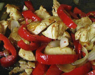 Kırmızılı Tavuk  Malzemeler:  3 parça tavuk göğsü  2 adet domates  2 adet kırmızı köz biber  2 adet kırmızı soğan  1 tatlı kaşığı kırmızı pul biber  1 tatlı kaşığı tuz   Hazırlanışı:  Tavuk göğsü haşlanır, bir kaç parçaya ayrılır. Fırın kabı az yağlanır. Halka doğranmış soğan, tohumları çıkarılmış ve bir kaç parçaya bölünmüş biber, yuvarlak doğranmış domates konur. Üzerine haşlanan tavuk parçaları bırakılır. Pul biber ve tuz serpilir. 180 derece fırında 25 dakika pişirilir.