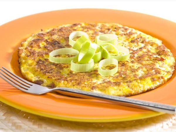 Pırasalı Omlet  Malzemeler:  2 adet pırasa  1/2 demet maydanoz  3 adet yumurta  1 çorba kaşığı margarin  1/4 çay bardağı sıvıyağ  tuz ve karabiber   Hazırlanışı:  Pırasaları boylamasına kesip ince ince doğrayın. Sıvıyağı tavaya koyup pırasaları diriliklerini kaybedene kadar kavurun. Tuz ve karabiberini koyun. Bu arada maydanozları da ince ince kıymış olun ve bunları da tavaya ekleyin. Biraz daha kavurduktan sonra ocaktan alıp biraz soğutun. Yumurtaları bir kasede iyice çırpın. Tavadaki harcı da içine ekleyip karıştırmaya devam edin. Tavaya yağ koyup kızdırın ve yumurtalı karışımı içine boşaltın. Bir yüzünü kızarttıktan sonra çevirin ve diğer yüzünü de kızartın.