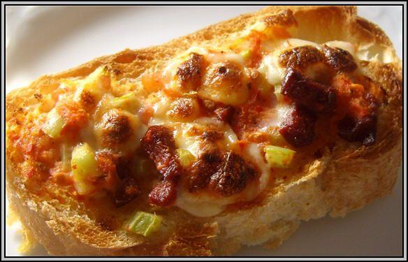 Kahvaltılık Pizza  Malzemeler  * 1 Kahve Fincanı süt  * 1 Adet yumurta  * 50 gr sucuk  * 1 Tatlı Kaşığı salça  * 1 Yemek Kaşığı yoğurt  * 1 Dilim peynir  * 1 Adet Domates  * 25 Gr Margarin  Hazırlanışı  Malzemelerin hepsini karıştırın ekmek dilimlerinin üstüne sürün fırının ızgarasında üstleri kızarana kadar pişirin.