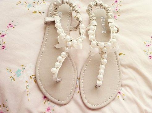 İncili sandalet