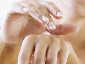 Eller ve dudaklara özel ihtişam!  • Eller ve dudaklar soğuktan doğrudan etkileniyor. Bu yüzden zaman zaman kuru, hatta çatlak bir görünüme bürünmeleri doğal.   • Özellikle elleri yıkamak cildin doğal koruyucu mantosuna zarar verdiği için, pantenol ve yoğun bitkisel yağ içerikli özel kremler kullanmak yerinde olur. Açık havada mutlaka eldiven takmayı ihmal etmeyin.  • Evlerimizdeki kalorifer, havayı kuruttuğu gibi cildimizin de nemini kaybetmesine neden oluyor. Sonuçta cilt gergin, zaman zaman kepekli ve güçsüz bir görünüm alıyor. Dokuları yeniden canlandırmanın yolu badem yağı içerikli kremler kullanmak.