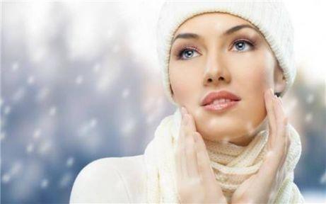 Ne kadar yoğun o kadar etkili!  • Her ne kadar vücudumuz bu soğuk mevsimde kalın kazaklar içinde ısınıyor olsa da, bu giysilerin cildi tahriş ettikleri gerçeğini görmezden gelmek zor.  • Yağlı cilt bakm kremleri, kremler arasında en zengin içerikli olanı... Özellikle E vitamini içeren kremleri tercih etmenizi öneriyoruz. Cildi sadece soğuktan korumakla kalmıyor, dirsekler ve topuklar gibi çok kuru bölgeleri de yumuşatıyor.