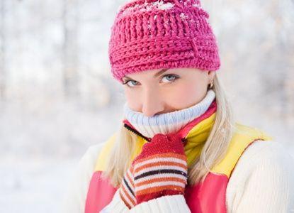 Soğuk havada egzersiz tehlikeli!   • Sağ kalmak için vücut sıcaklığının 24 ile 40.5 derece gibi dar bir aralıkta bulunması gerekiyor. Soğuğa maruz kalındığında kas kasılması zayıflıyor, sinir iletim hızı azalıyor ve ciddi sağlık sorunları ortaya çıkabiliyor.  Egzersiz yaparken oluşabilecek sorunlar  • Performans düşüklüğü, kas, tendon ve bağ yaralanması riskinde artma, soğuk yanığı ve donmanın soğuk havada spor yaparken gelişebilecek sorunların başında geliyor. Bu sorunlar, kayak, sürat pateni, bisiklet, kros, futbol gibi dış ortam sporlarında kulak, burun, el ve ayak parmakları gibi bölgelerde daha çok meydana geliyor.  Ölüme neden olabilir  • Vücut sıcaklığının 32,4-30 dereceye düştüğünde titremenin durur, kasların katılaşıp duyu organları hissizleşir. Vücut ısısı 29,8-27 derece olduğunda koma hali gelişir ve refleks kaybı, kalpte atrial fibrilasyon gibi sorunlar oluşur. Vücut sıcaklığı 25,6 derecenin altına indiğinde akciğer ödemi, kalpte ventriküler fibrilasyon ve ölüm gerçekleşebilir.