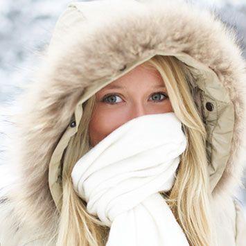 Ağza sarılan atkı her gün değiştirilmeli!  • Hava sıcaklığı eksilere düştüğünde, soğuk hava solunum yolları için risk oluşturuyor. Ağzı saran atkı havayı biraz ısıtarak koruma sağlıyor.   • Ancak atkının, her nefes alış verişinde oluşan nem nedeniyle bakterilerin çoğalması için uygun ortam yarattığı da bir gerçek. Sık sık değiştrimekte fayda var.