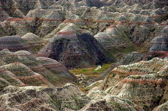 Badlands Ulusal Parkı, Dakota, ABD.  Bu başka bir gezegene aitmiş gibi görünen tepecikler rüzgarın aşındırması ile oluşmuş. Yakından baktığınızda çok delikli ponza taşlarına benzediklerini görebilirsiniz.