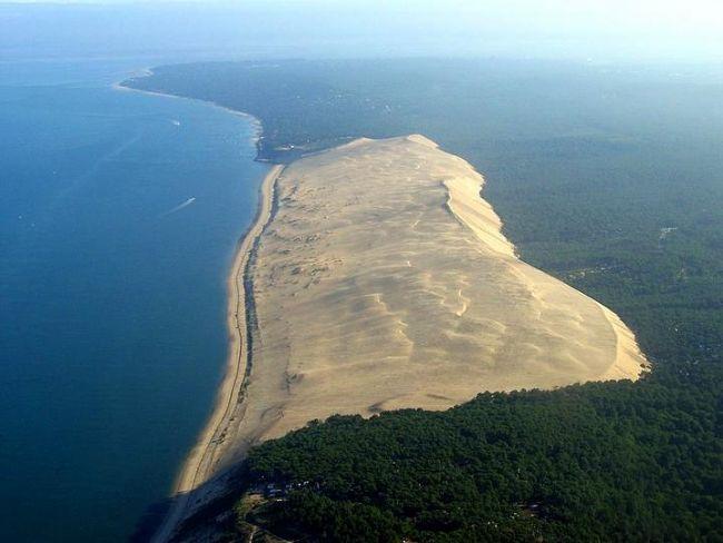 Büyük Çöl, Pyla, Fransa.  Bordeaux'dan sadece 60 km ötede olan bu çöl, Avrupanın en büyük kum çölü. Dev bir sahilmiş gibi görünse de aslında deniz seviyesinden yüksekliği 108 metre.