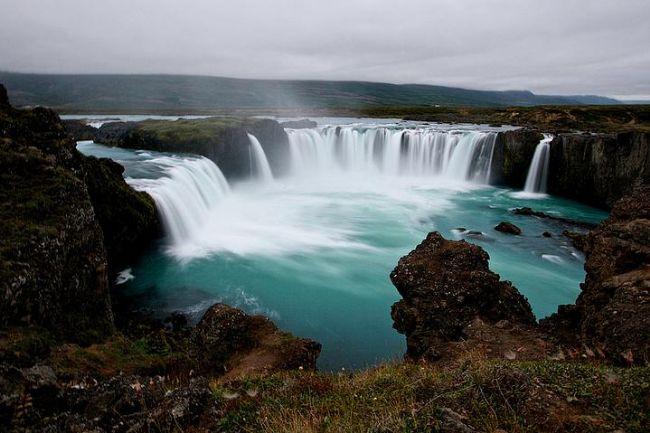 Godafoss Şelalesi, İzlanda.  İzlanda şelaleleriyle meşhur ancak bu sanki 1 fiyatına 10 almak gibi birşey.