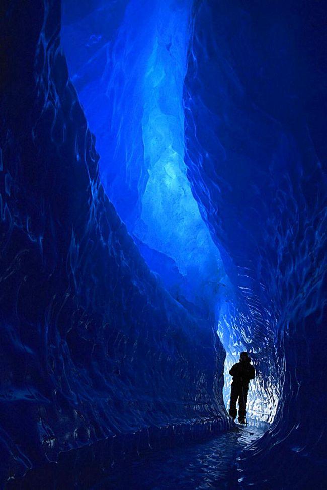 Mavi Tünel, Antartika.  Schirmacher Oasis'in yakınlarında bulunan bu tünel dev bir lava lambasına benziyor.