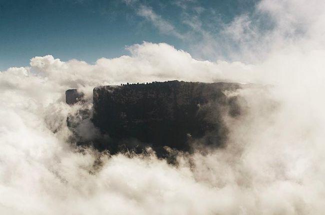 Roraima Dağı, Güney Amerika.  Bıçakla kesilmiş gibi görünen devasa uçurumlara sahip Roraima Dağı hem Brezilya hem Venezuela hem de Guyana sınırları içinde bulunuyor. Özellikle bulutlarla çevrildiğinde dünyanın sonu burası her halde diye düşünmemek elde değil.