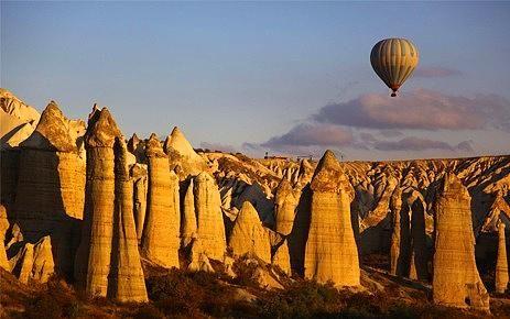 Kapadokya, Türkiye.  60 milyon yıl önce; Erciyes, Hasandağı ve Güllüdağ'ın püskürttüğü lav ve küllerin oluşturduğu yumuşak tabakaların milyonlarca yıl boyunca yağmur ve rüzgar tarafından aşındırılmasıyla ortaya çıkan Kapadokya en önemli turistik beldelerimizden.