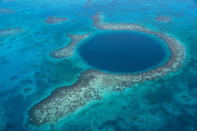 Büyük Mavi Delik, Belize.  153 bin yıl önce oluşan bu sualtı düdeni 300 metre çapında ve 124 metre derinliğinde. İnsan korkuyla karışık bir hayranlık besliyor.