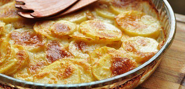 Kremalı Patates  Malzemeler:  6-7 adet patates,  1 kutu hazır krema,  kaşar peyniri,  tuz,  karabiber   Hazırlanışı:  Patatesler soyulup, ince dilimler halinde yuvarlak olarak doğranır. Tuzlu suda birkaç dakika haşlanır. Süzülüp borcam tepsiye dizilir. Karabiber dökülür, üzerine bir kutu hazır krema yayılır. Rendelenmiş kaşar peyniri de eklendikten sonra üzeri kızarıncaya kadar fırında pişirilir.