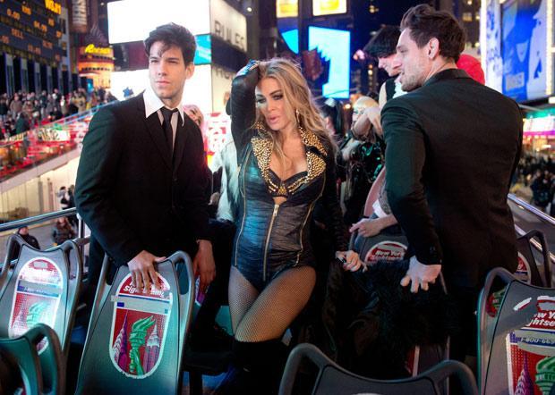 """New York'un ünlü Times Meydanı'nda """"I Like It Loud"""" single'ı için kameralar karşısına geçen Electra, giydiği deri kıyafet ve dansı ile göz doldurdu."""
