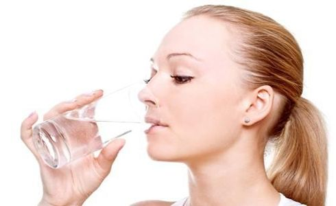 CİLT TEMİZLİĞİ İÇİN SU YETERLİ DEĞİL  Su, temizliğin en önemli parçası ama yeterli değil. Yüzünüzü suyla yıkamanızda sorun yok. Sorun, cildinizin pH seviyesinin 5.5 olması. Bu oran, oturduğunuz bölgeye ve kullandığınız suyun sertliğine göre, 9.5'e kadar çıkabilir. Tonikse cildinizin asit seviyesini normale döndürüp, dengeyi sağlar.