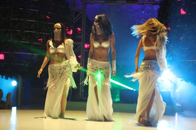 Erkeklerin bekarlığa veda partisine Mezdeke kılığında ve müthiş bir oryantal şov eşliğinde sızan Sinem Kobal, Sedef Avcı ve Burcu Kara'nın  oryantal kostümleriyle  gerçekleştirdikleri dans sahnesi, şimdiden filmin en çok konuşulan görüntülerinden biri oldu.