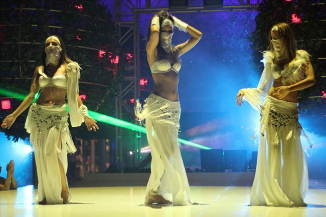Dans sahnelerinin hakkını verebilmek için Bianca'dan özel dersler alan Sinem Kobal, Sedef Avcı ve Burcu Kara,   filmdeki koreografiyi iki saat boyunca çalışarak öğrendiler.