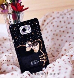 Her an onun yanında mı olmak istiyorsunuz? Öyleyse siyah, üzerinde dore fiyonk bulunan bu telefon arka kapağı kesinlikle arkadaşınız için ideal bir hediye!