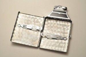 Dostunuz sigara kullanıyorsa, bu çok şık sigara kutusu, onun için ideal bir hediye olacaktır. Keşke kullanmasa diye düşündüğünüzü biliyoruz ama onu mutlu etmek için başka çareniz yok.:)