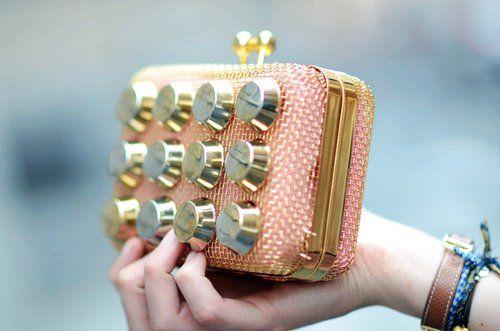 Bayanların olmazsa olmazlarından olan çantaya farklı bir boyut kazandırmaya devam ediyoruz!   Belki de annenizin yeni yılda yeni bir el çantasına ihtiyacı olacak.Siz de bu ihtiyacın bir parçası olun.