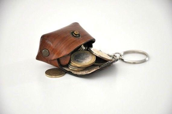 Bozuk paralar her erkek tarafından bir sorundur. Cebe koysan olmaz, cüzdana koysan olmaz.  İşte bu soruna çözüm olabilecek bir yılbaşı hediyesini sunuyoruz. Anahtarlıklı bu ufak çanta tüm bu sorunu ortadan kaldıracak.