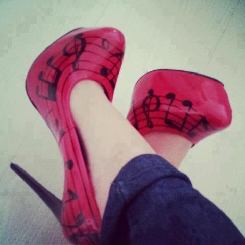 Kırmızı renkte platform ayakkabı