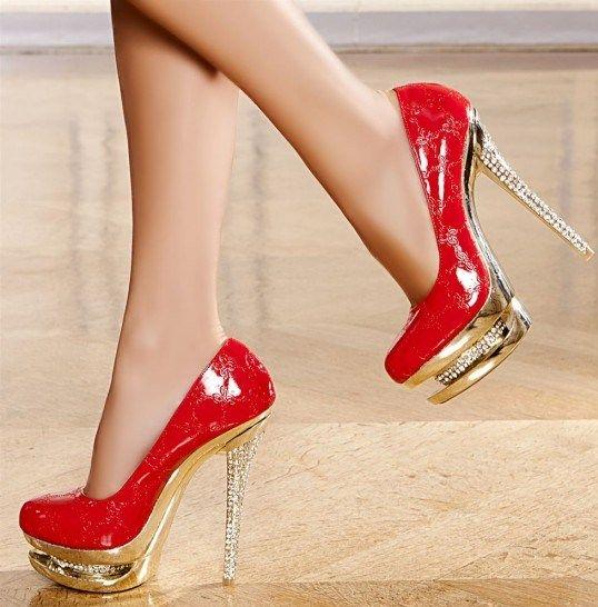 Tabanındaki ve topuğundaki taş detaylı rugan kırmızı ayakkabı