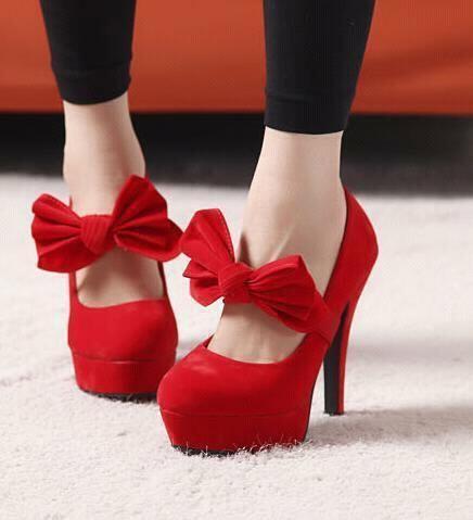 Kırmızı renkte süet fiyonk detaylı ayakkabı