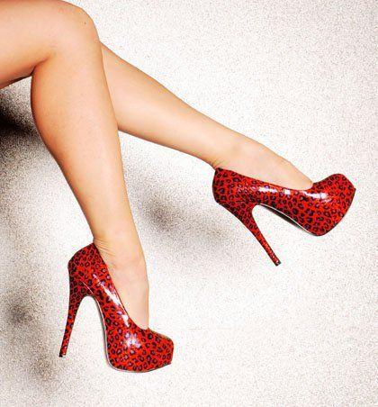 Kırmızı renkte yüksek topuklu ayakkabı