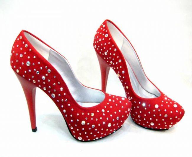 Taş detaylı kırmızı ayakkabı