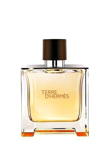 Terre D'Hermes Edt 100 mL 249,99 TL  Kadınlar, her zaman farklı olanın peşinden gider. Piyasadaki birbirine benzeyen parfümlerin yanında Terre D'Hermes farklılığını ve kalitesini hemen hissettiriyor. Fransızca toprak anlamına gelen isminin hakkını temiz, sıcak ve yoğun kokusuyla veriyor. 25 yaşın üstüne daha çok hitap eden bu parfüm pek çok iltifat almanızı sağlayacak.  İçeriğinde turunçgiller, kabe samanı ve sedir ağacı bulunuyor.