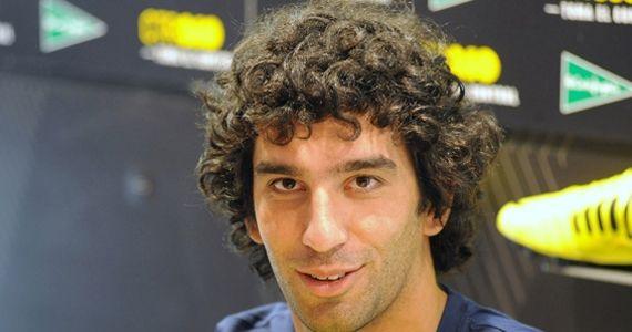 Türkiye'nin futboldaki yıldızı bu yıl da Arda Turan  Futbolda artık ülkemizde futbol oynamamalarının etkisiyle Arda Turan'ın beğeni oranı geçen yıla göre 6 puan, Alex De Souza'nın beğeni oranı ise 8 puan azalmış görünüyor. Ancak bu iki isim futbolda en beğenilenlerde ilk iki sırada yer almaya devam ediyor. Bu durum futbolda yeni yıldızların ortaya çıkamadığını gösteriyor.   Galatasaray'ın Avrupa maçlarında yıldızlaşan oyuncusu Burak Yılmaz da beğenilenler arasında beşinci sırada yer alıyor.