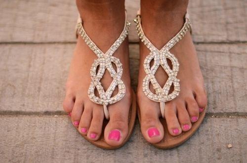 DIŞ GÖRÜNÜŞ  • Kıllar, erkek vücuduna ait olmalı. Özellikle bıyık, favori, ayak parmaklarının üzerindeki ve beldeki kıllara dikkat! Erkekler bu konuda çok hassas! • Tamam, her daim topuklu giymenizi beklemiyorlar ama en azından ayakkabılarınız temiz ve bakımlı olmalı. Ve açık ayakkabı ya da terlik giyiyorsanız mutlaka tırnaklarınız ojeli olmalı.  • Bu arada, yürümeyi başaramıyorsanız, topuklu giymeyin. • Farkında olmadan Notre Dame'ın kamburuna dönüşmeyin; lütfen daima dik oturun. • Tanda veya g-string çok rahat olmayabilir ama bari benekli külotunuzun kotunuzun arkasından gözükmesine engel olun. • Dekolte giyecekseniz, onu taşımayı bilin. Giydikten sonra onu çekiştirip durmayın. • Şeffaf sütyen askıları kurtarıcı değil; tam tersine, çok çok itici erkeklerin gözünde.