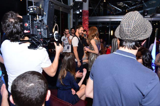 Sevilen oyuncu Mehmet Günsür'ün kamera arkası görüntüleriyle de dikkat çeken reklam filmi ekranlarda...