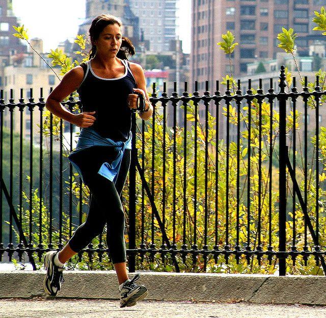 Daha hızlı.   Zamanla, hızınızı artırsanız bile rahat hissetmeye devam ettiğinizi fark edeceksiniz. Hızınızı ayarlamanın basit bir yolu: Rahatça konuşabileceğiniz, ama şarkı söyleyemeyeceğiniz bir hızda yürüyün. Doktorlara göre, bir yürüyüşten kalp sağlığı için en fazla faydayı sağlamanın yolu, saatte yaklaşık 5 kilometre hızla yürümektir.