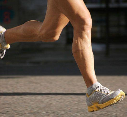 Yavaşça başlayın.   Her yürüyüşün ilk 5 dakikasını, normal yürüyüş hızınızda gezinir gibi yürüyerek geçirin. Kendini zorlama yok, nefes nefese kalma yok. Bu sayede, kaslarınız, onlardan isteyeceklerinizi yerine getirmeden önce ısınma fırsatı bulacaklar. Bu önemli, çünkü ısınmayan kaslar egzersizle ilgili incinmelere daha açık olurlar.
