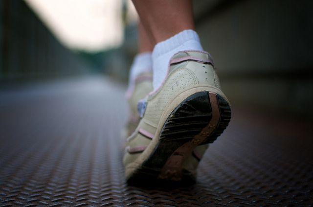 Daha küçük.   Garip gelebilir ama, daha hızlı yürümenin sırrı, daha küçük adımlar atmaktır. Çoğu insan hızlı yürümek için uzun adımlar atması gerektiğini sanır ama, seri atılan kısa adımlar sizi daha hızlı ilerletir. Bunun nedeni, kısa adımlarda kalçaların daha hızlı dönme hareketi yapabilmesidir. Ayrıca, kollarınızı da daha hızlı sallarsanız, ayaklarınız kollarınızı takip etmek zorunda kalır.