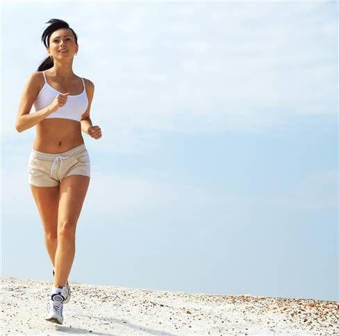 Hızınızı artırın.  Şimdi tekrar yürümeye hazırsınız. Yavaş yavaş hızınızı artırın. Yanınızdan geçip giden yürüyüşçü kadar hızlı olmamanızı kafanıza takmayın. Asıl önemli olan, kendinizi rahat hissedeceğiniz bir hızda yürümektir. Zamanla daha da hızlanacaksınız nasıl olsa. Daha başlangıçta soluk soluğa kalmanıza gerek yok. Yürüyüş zevkli olmalıdır, stresli veya acılı değil.