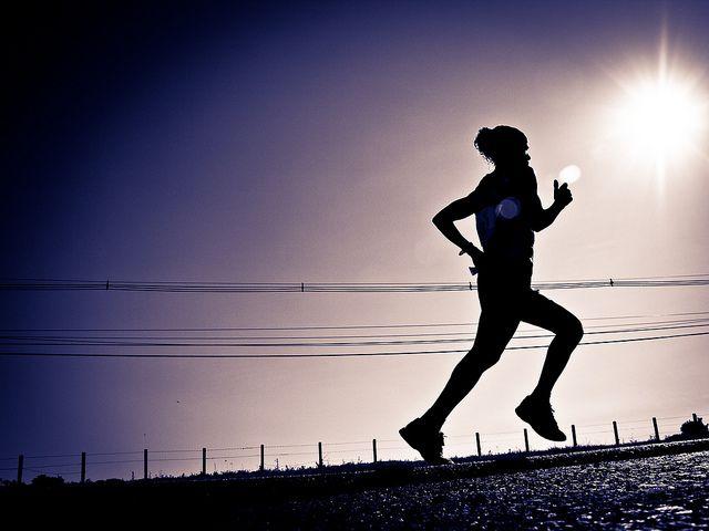 Daha uzağa.   Haftada üç kere 10 dakikalık yürüyüşler artık hafif gelmeye başladığında, yürüdüğünüz mesafeyi artırın. Süreyi önce 12-15 dakikaya çıkarın. Sonra yavaş yavaş artırarak, başlarda haftada üç sonlarda beş kez 30'ar dakikalık yürüyüşler yapın. Eğer amacınız kilo vermekse, haftada 4 veya 5 kez 40-60 dakikalık yürüyüşler yapmak iyidir.