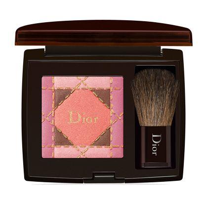 CHRISTIAN DIOR   Dior Blush:   Birbirini kombinleyen iki tonu bir arada sunan allık formülündeki ışıltı yardımıyla yanakları doğal bir şekilde vurgulamanıza yardımcı oluyor.