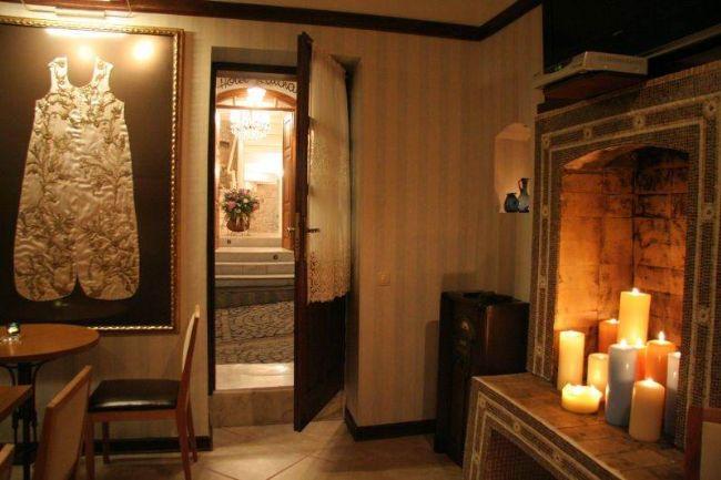 HOTEL KATİNA  Bir zamanlar Madam Katina'nın yaşadığı eski bir Rum evi,şimdi her odasıyla sizi ayrı bir dünyaya sürükleyen küçük,samimi bir otel.  Hotel Katina 2006 yılının Bozcaada'ya sunduğu yeni otellerden biri.Adaya yakışan butik konseptini her ayrıntısıyla hissettiriyor.Siz ve sevgiliniz burada her anınızı ölümsüzleştireceğinize emin olabilirsiniz…  Adres: Cumhuriyet Mh. 20 Eylül Cd. Kısa Sk. No: 1. Çanakkale - Bozcaada.   Telefon:0(286) 697 02 42 , 0(286) 697 03 43