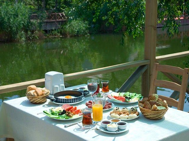 Ağva Gizemli Nehir  Yemyeşil bir doğa, eşsiz güzellikte bir nehir, masmavi bir deniz, tertemiz hava, birbirinden lezzetli balıklar... İşte Karadeniz'in incisi Ağva...  Adres: Yakuplu Caddesi / Şile - Ağva / İstanbul  Telefon:0(216) 721 71 37