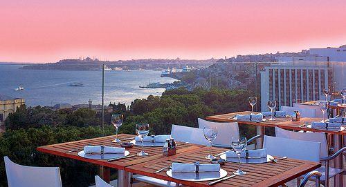 Vogue  Sevgiler Günü'nü Vogue'da Yaşayın…  Üç tarafı muhteşem boğaz manzarası ile çevrili şık bir ortamda bu özel gecceyi sevdiğinize hediye edin. Bu anlamlı günü özel kılmak isteyenler, kendine has yorumu ve servisten sunuma kadar her ayrıntıya gösterdiği özeniyle Vogue Restaurant'ı tercih edecekler.  Adres: Spor Cd. BJK Plaza A Blok K.13  Beşiktaş - Akaretler, İstanbul - Avrupa  Telefon:(0212) 227 44 04