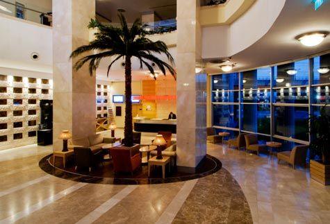 WOW  Muhteşem bir sevgililer günü geçirmek ve sevdiğinize unutulmaz dakikalar yaşatmak istiyorsanız WOW Hotel İstanbul'un her şey dahil Sevgililer Günü paketini değerlendirebilirsiniz. Konaklamalı ve konaklamasız 2 ayrı paket alternatifi bulunan WOW Hotel İstanbul yılın en romantik dakikalarını ölümsüzleştirmeyi planlıyor.   Adres: Yeşilköy Mah. Atatürk Cad. No: 15 -17- 19  Bakırköy, İstanbul  Telefon:(0212) 468 5000