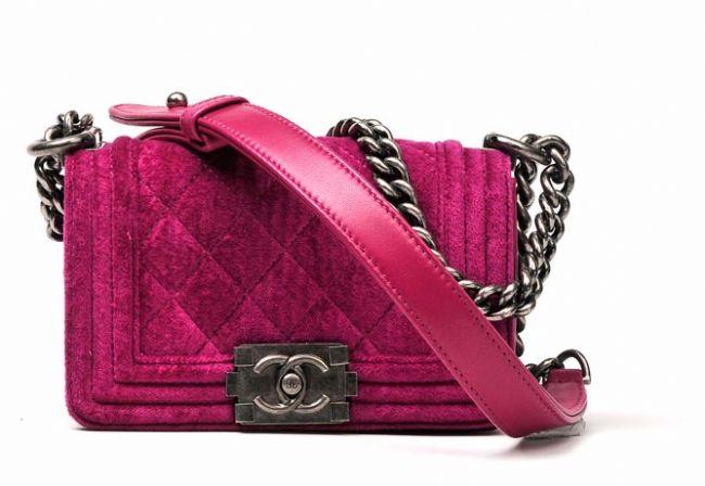 """Tasarım çanta  Chanel, Hermes Birkin ya da Prada'nın saten el çantası... Her kadının hayali olan tasarım bir çanta gardıropların demirbaşlarından. Büyük, küçük fark etmez ama mutlaka her gün kullanım için olmasa bile tasarım çantanız olmalı. Bütçenize göre bir çantanın peşine düşün, indirimler bu tür çantaları almak için en güzel fırsat. Ama sakın """"çakma"""" çanta kullanmayın."""
