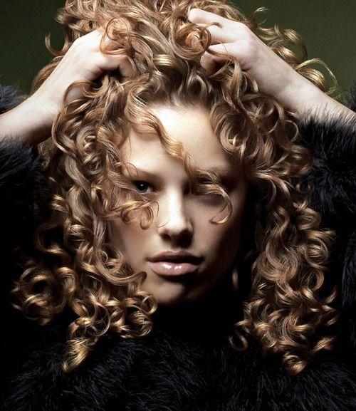 Akrep  Burçlar arasında akrep kadını kadar ne istediğini bilen ve hedefe kilitlenen bir burç daha yoktur. Dışarıdan bakıldığında sakin ve soğuk görünürsünüz. Buna bağlı olarak mükemmel şekillendirilmiş saçlar ve her zaman bakımlı olmak tipik özelliklerinizdir. Saç modellerinizin daha yumuşak ve feminen olmasını sağlayın. Bu tür saçlar size daha çok yakışacaktır.