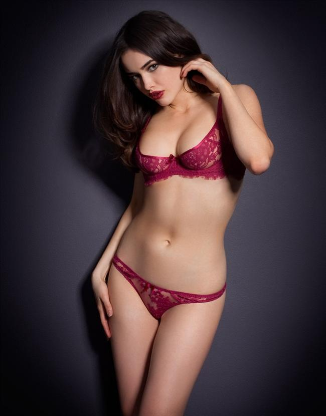 Avustralyalı model Sarah Stephens, iç çamaşırı markası Agent Provocateur için kamera karşısına geçti. 18 yaşındayken Victoria's Secret defilesinde boy göstererek sükse yapan 1990 doğumlı manken birbirinden iddialı pozlara imza att.
