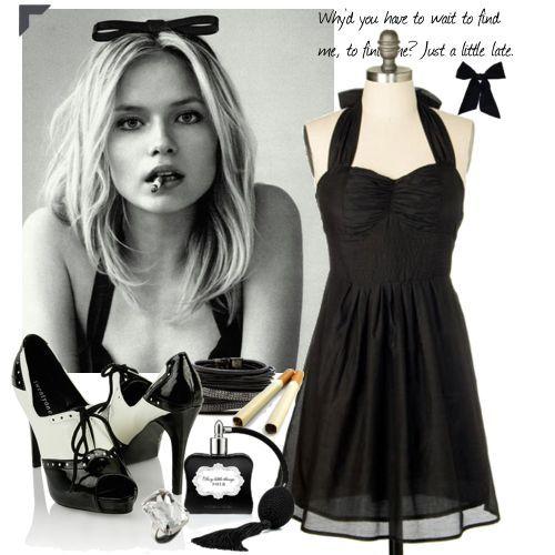 Siyah boyundan bağlama elbise ve siyah beyaz rugan ucu açık ayakkabı kombini özel bir kutlamada kullanabilirsiniz.